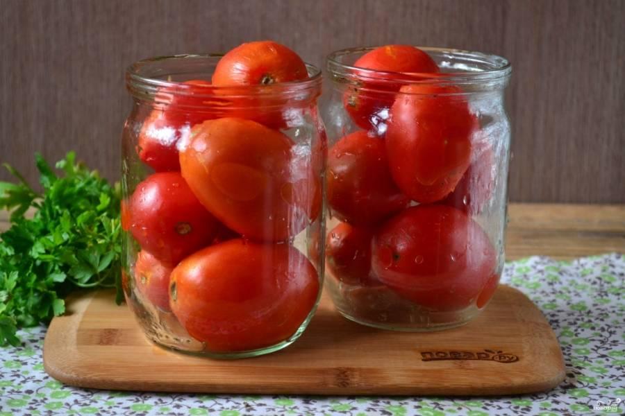 Тем временем подготовьте помидоры, промойте их, уберите все поврежденные или помятые. Каждый помидор нужно проткнуть иглой или зубочисткой, так они не лопнут в банке и сохранят свою форму. Сложите помидоры в банки.