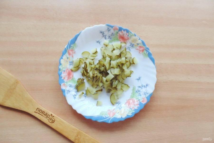 Маринованный или соленый огурец мелко нарежьте.