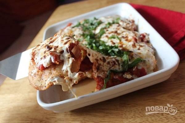 5. Запекайте блюдо минут 15, пока не образуется аппетитная корочка. Перед подачей можно присыпать запеканку свежим базиликом или другой зеленью по вкусу.  Приятного аппетита!