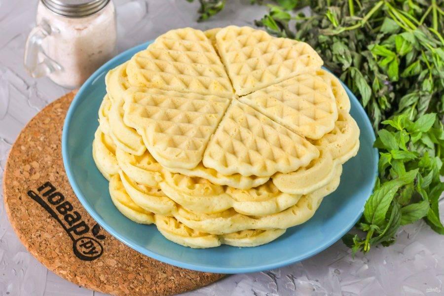 Горячие вафли выложите на тарелку и дайте им полностью остыть.