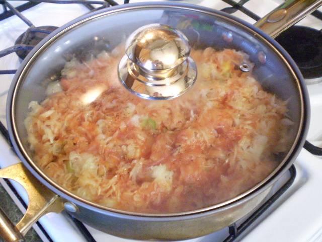 8. Ставим сковороду на медленный огонь, после момента закипания томата томим под крышкой не менее 40 минут.