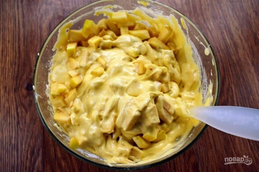 Груши добавьте в тесто и перемешайте.
