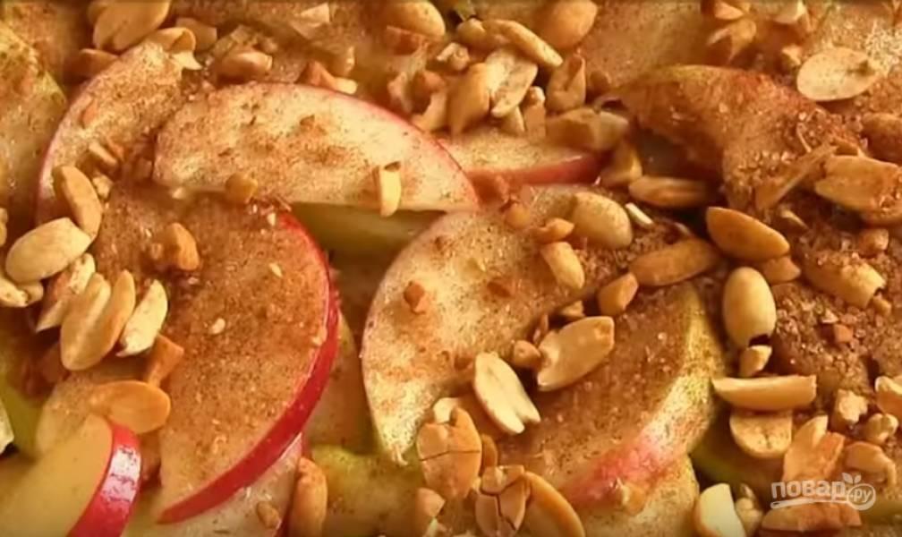 5. Переложите яблоки в форму для выпечки, засыпьте ореховой смесью. Выпекайте при температуре 200 градусов 15-20 минут, пока яблоки не станут мягкими.