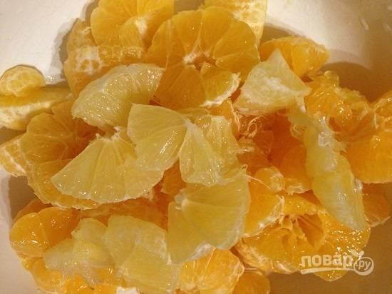 Нарежем лимон и мандарины на маленькие кусочки, не забываем удалять семена, если они есть.