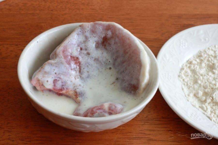 3.Мясо окуните сперва в кефир с двух сторон.