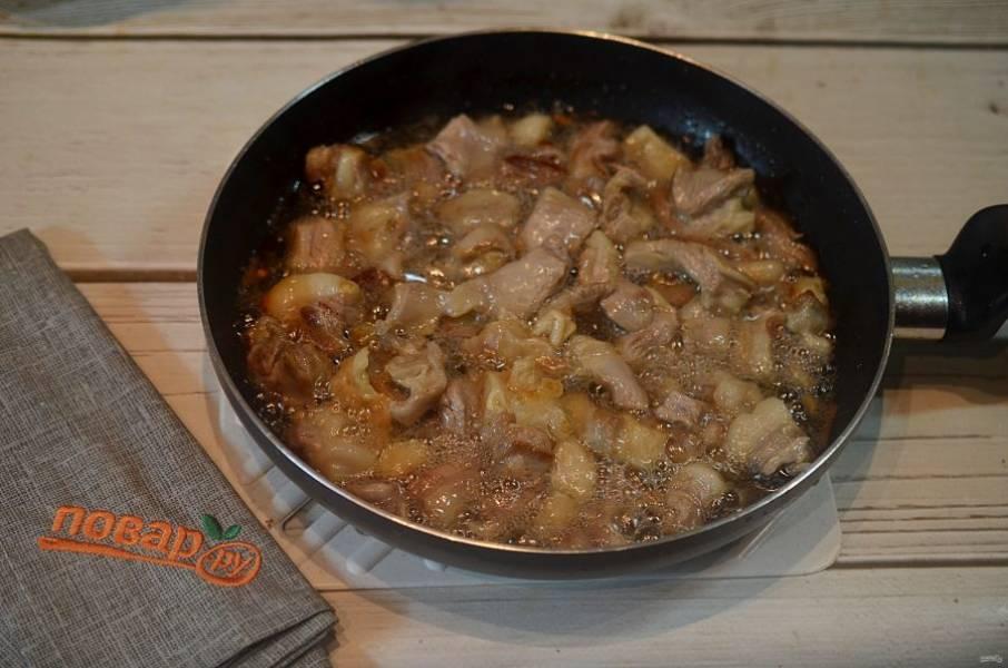 7. Добавьте в эту же сковороду мясо и хорошо обжарьте.