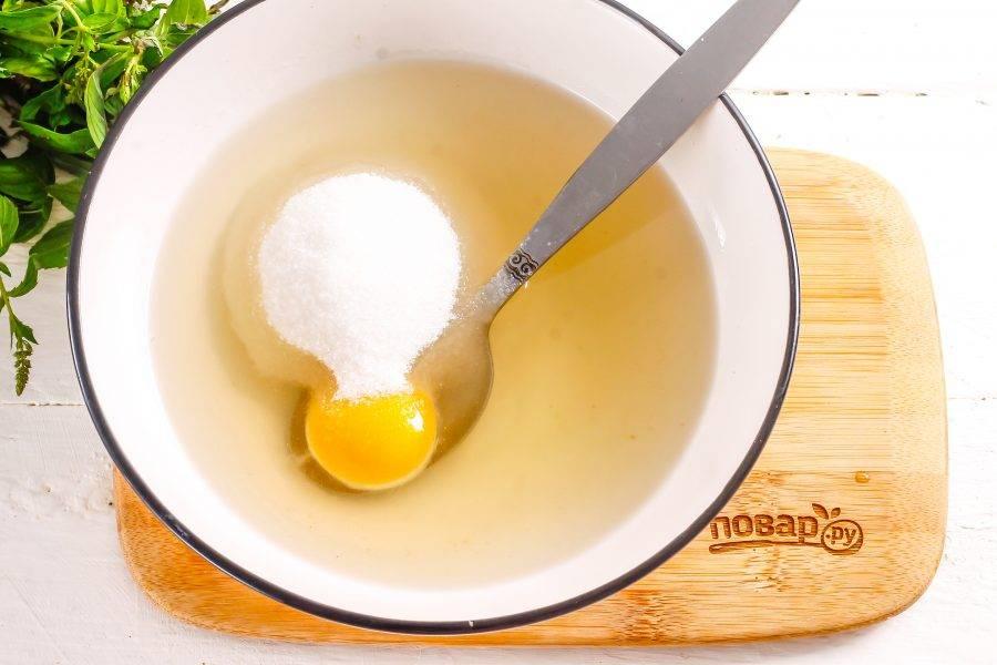 Всыпьте сахарный песок, соль и аккуратно перемешайте, выложите желток и взбейте.