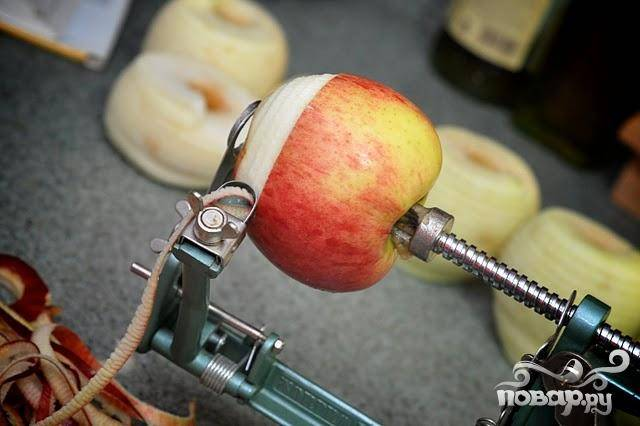 5. Сделать начинку. Очистить яблоки от кожуры и сердцевины, нарезать на кусочки. Выложить кусочки яблок в лимонный сок и мелко тертую цедру, отложить в сторону. В средней миске смешать муку, сахар, специи и соль. Добавить яблоки и перемешать. Разогреть духовку до 200 градусов. Выстелить 2 противня пергаментной бумагой или силиконовыми ковриками.