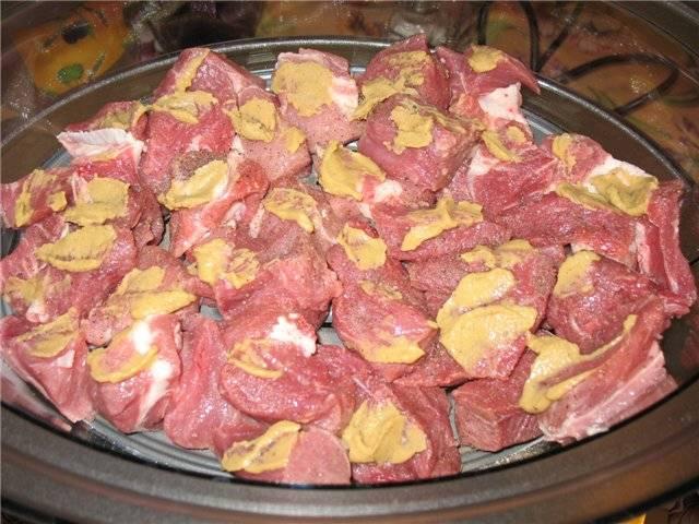 5. Для усиления вкуса можно мясо смазать горчицей. Теперь можете выбирать программу для приготовления на пару и ждать, пока блюдо будет готово.
