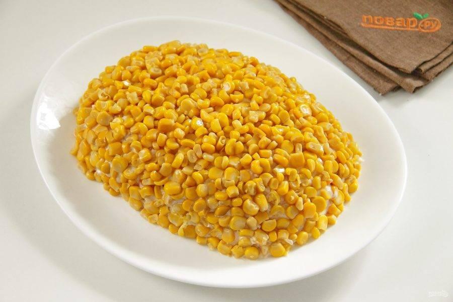 По всей поверхности распределяем кукурузу.