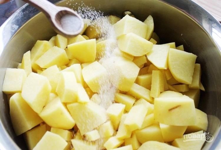 1.Очистите картофель от кожуры, нарежьте его кубиками. Выложите в кастрюлю, посолите и залейте водой, отправьте на огонь и отварите.