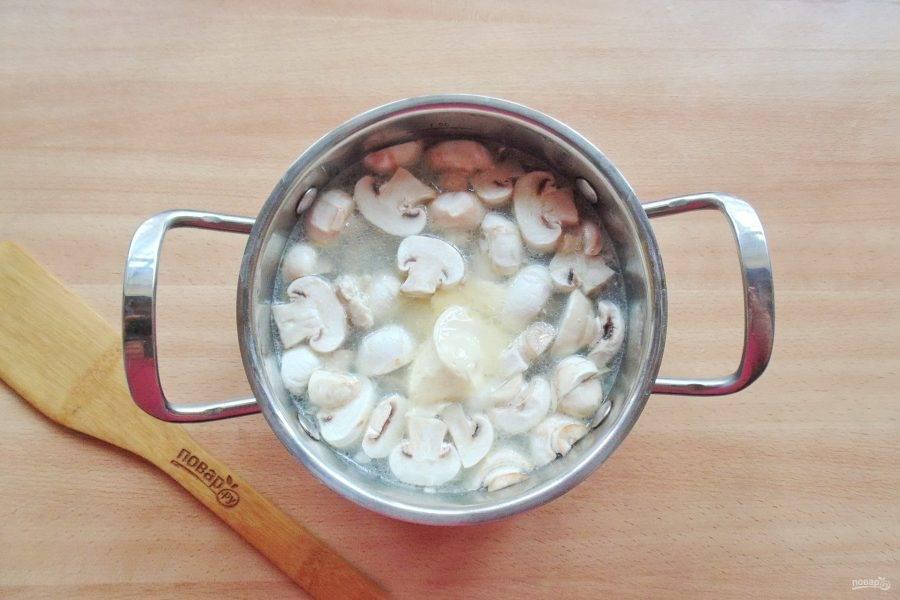 Когда суп будет готов, выложите в кастрюлю плавленый сыр и хорошо перемешайте его со всеми ингредиентами.