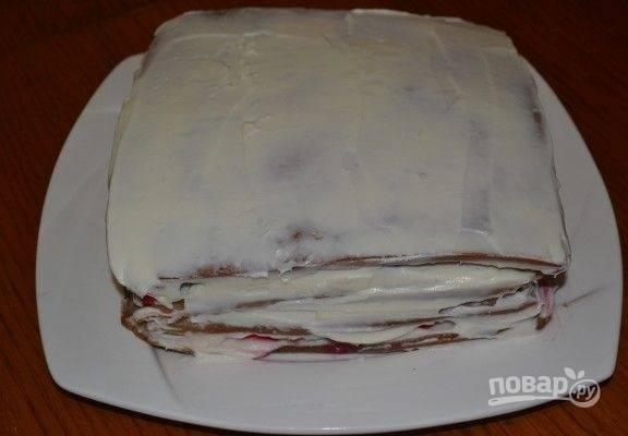 9. Соберите тортик, остатки крема распределите на бока и верх.