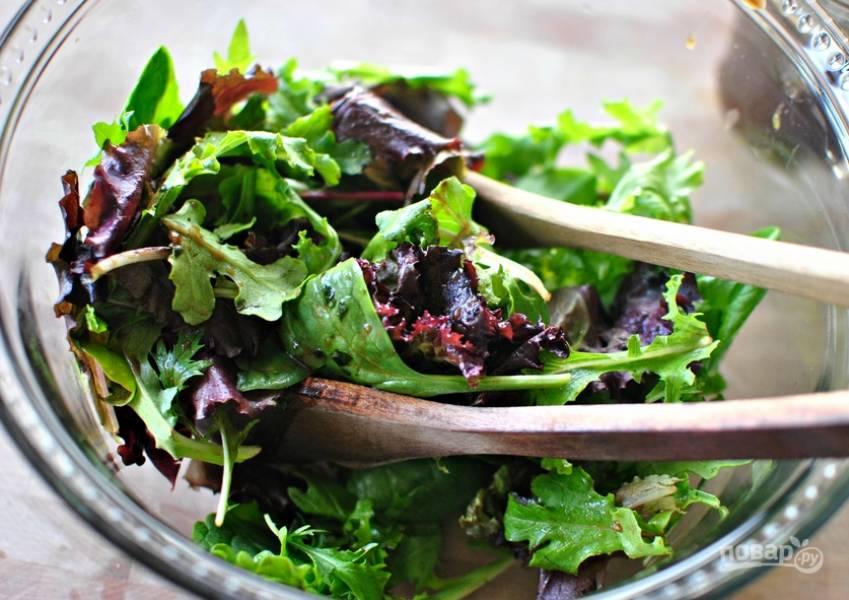 Набор салатной зелени промываем под водой. Рвем руками и выкладываем в салатницу.
