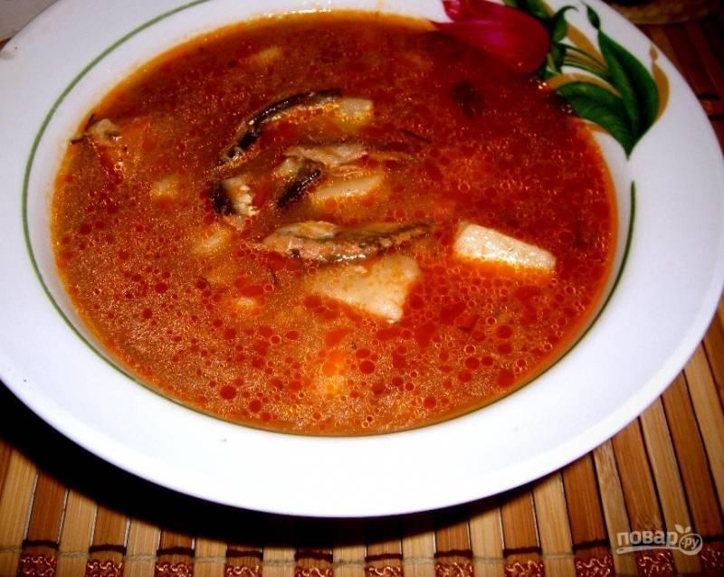 7. Когда суп из кильки будет готов, подавайте его в горячем виде. Поверьте, это первое блюдо станет альтернативой многим другим.