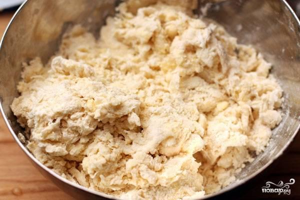 В масляно-мучную крошку добавляем ледяную воду (около 100 мл), начинаем месить тесто.