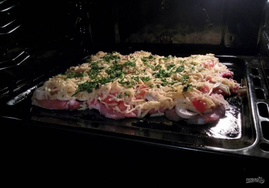 7.Отправляю мясо в разогретый до 160 градусов духовой шкаф на 50-60 минут.