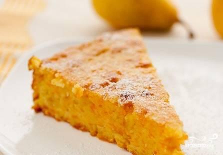 Даем пирогу слегка остыть, после чего подаем его к столу.