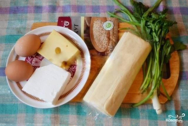 Для того чтобы приготовить слоеный пирог с сыром и зеленью быстро, я предлагаю использовать готовое слоеное тесто. Так как оно обычно продается в замороженном виде, перед приготовлением ему нужно 1,5-2 часа, чтобы хорошо разморозиться.