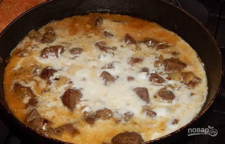 Вливаем сметанный соус к печени, добавляем муку, перемешиваем и  тушим 15 минут.