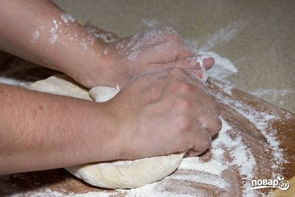 5. Переложите его на присыпанную мукой поверхность и как следует вымешайте руками. Оставьте на время, накрыв полотенцем или пленкой.