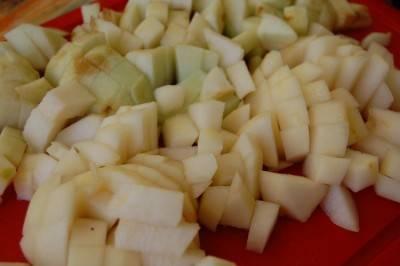 Яблоки и груши тщательно промойте и нарежьте кубиками, удалив семена.