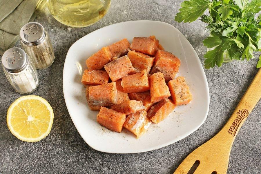 Рыбу разделайте на филе и нарежьте кусочками. Посолите, поперчите и сбрызните соком лимона.