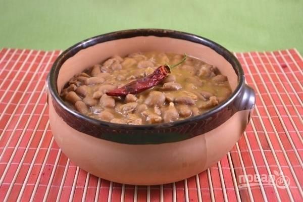 Приправьте зимний суп с мясом солью, перцем чили и подавайте горячим, с домашним хлебом. Приятного аппетита!