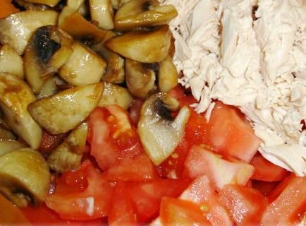 2. К грибам также добавим остывшую курицу, порезанную кубиками, и помидоры.