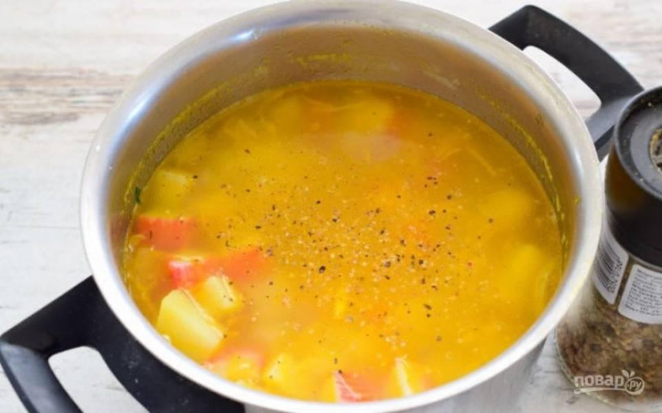 После того, как овощи проварились, туда же отправьте порезанные кубиком крабовые палочки, добавьте соль, перец, специи и проварите еще 5 минут.