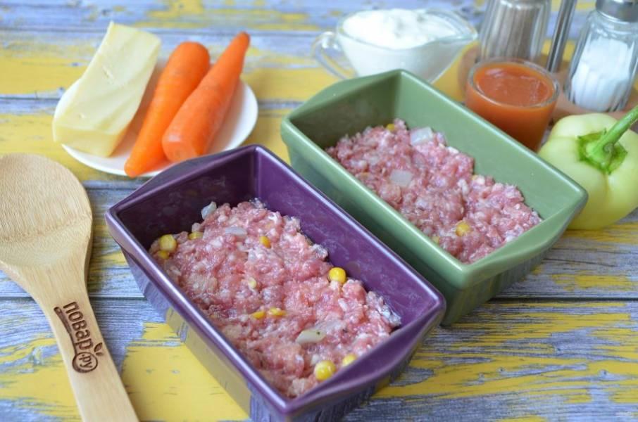 6. Формочки смажьте растительным маслом. Выложите половину фарша в две формочки, утрамбуйте.