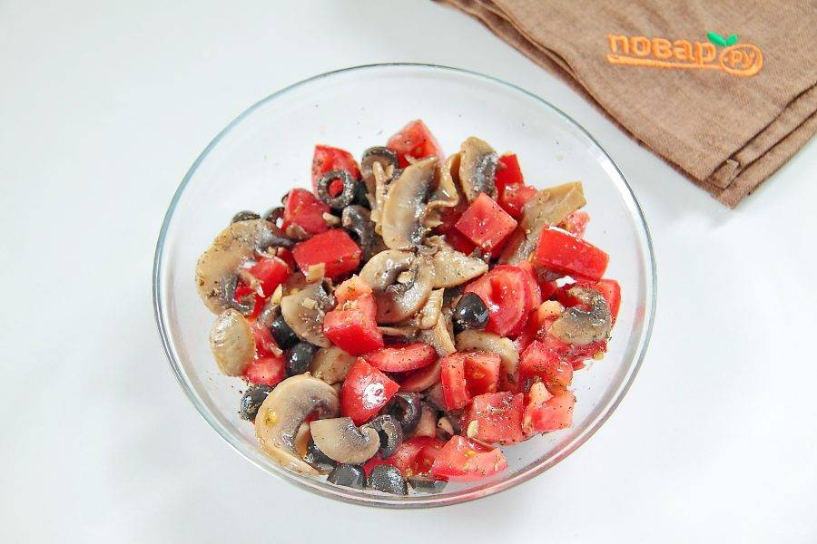 Добавьте базилик, орегано, черный молотый перец и соль по вкусу. Перемешайте. Начинка готова.
