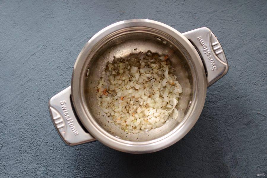 В кастрюле с толстым дном обжарьте в масле специи до раскрытия аромата. Следом добавьте измельченный чеснок и лук, жарьте их 1-2 минуты.