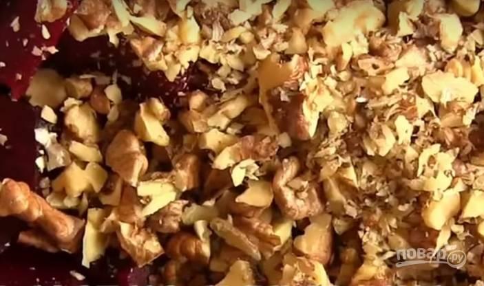 2. Грецкие орехи измельчите ножом и добавьте в салат.