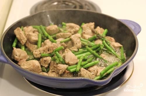 2. Можно добавить на сковороду немного воды, если свинина слишком быстро поджаривается, не успев проготовиться. Когда у мяса появится коричневая корочка, снять с огня и переложить в тарелку.