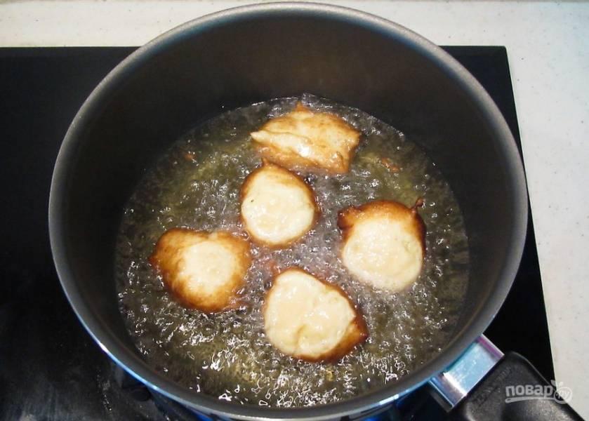 4. В кипящем масле обжарьте шарики до золотистого цвета.