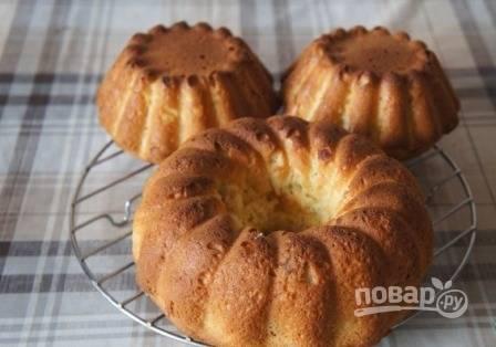 Выпекаем кекс в духовке при 180 градусах. В зависимости от размера кекс выпекается от 30 минут до часа. Готовность проверяем деревянной зубочисткой, она должна быть сухой.