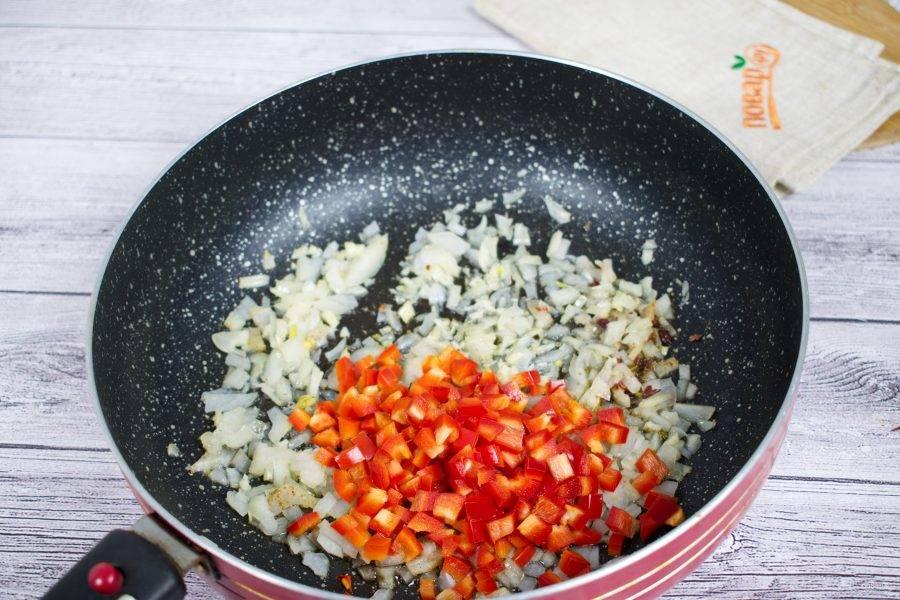 На сковороде разогрейте оливковое масло (2 ст. л.). Добавьте зиру, готовьте до появления запаха. Добавьте  измельченный лук и чеснок , острый перец. Обжаривайте до мягкости. Затем добавьте сладкий перец, нарезанный кубиками, готовьте пару минут.
