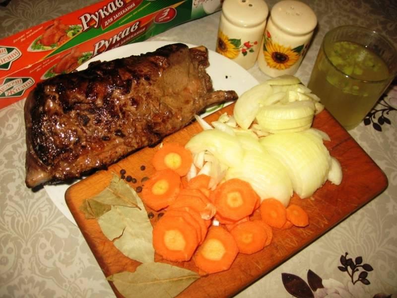 Морковь порежьте кружочками, лук – полукольцами.