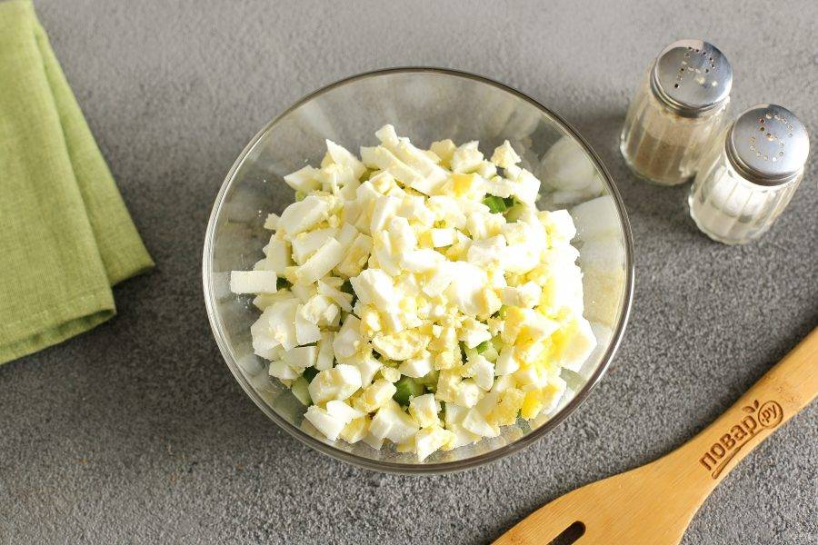 Яйца очистите и нарежьте примерно такими же кубиками.