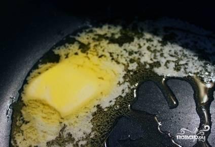 В кастрюле с толстым дном разогрейте сливочное и оливковое масла. Положите в неё оба вида лука, чеснок и сельдерей. Добавьте соль, перемешайте и тушите на среднем огне в течение 6 минут.