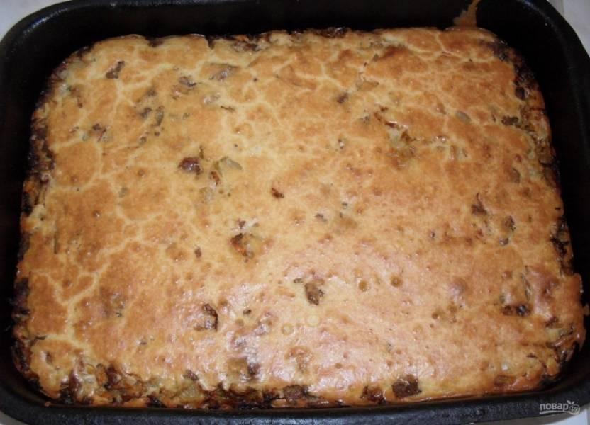 8.Готовый пирог достаю из духовки и оставляю на 10-15 минут для остывания, затем нарезаю кусочками и подаю к столу.