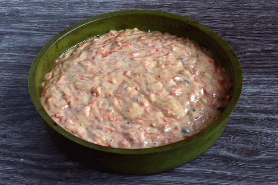 Перелейте тесто в форму и выпекайте в прогретой до 180 градусов духовке до готовности. Проверьте корж шпажкой – она должна выходить сухой.