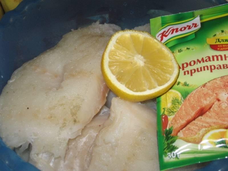 2. Нарезаем филе трески кусочками, сбрызгиваем лимонным соком и приправляем по вкусу. Даем постоять около 15 минут.