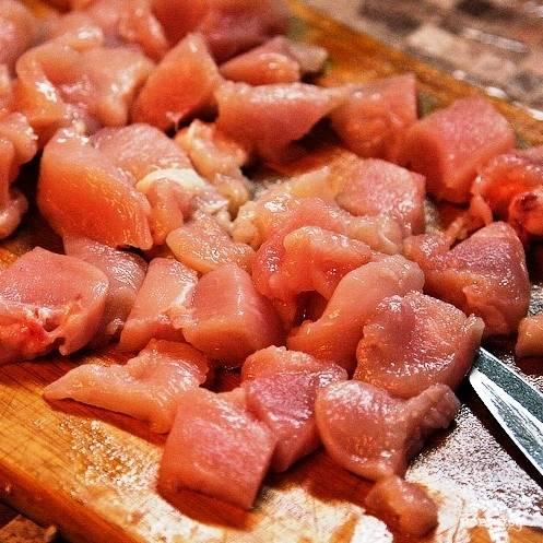 Пока грибы жарятся - курицу нарезаем на небольшие кусочки, размером примерно 2 на 3 см.