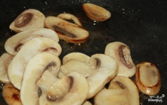 3.Свежие грибы очистите и помойте. Порежьте их на небольшие дольки. Обжарьте свежие грибы в смеси сливочного и растительного масел. Добавьте грибы к свинине.