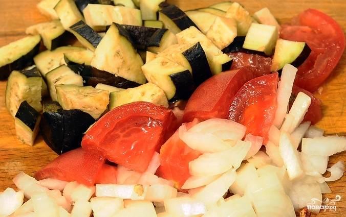 Овощи помоем, лук очистим. Затем все нарезаем небольшими кубиками. Но не смешивайте, мы их будем обжаривать по очереди.
