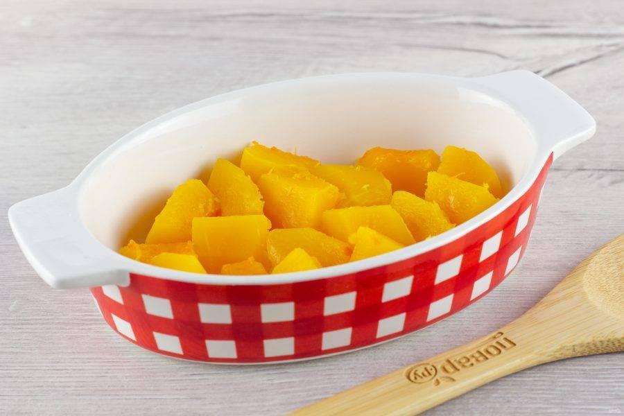В форму для запекания выложите половину приготовленной тыквы.