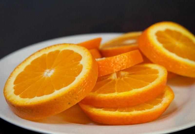 2. Нарежьте один крупный или пару средних апельсинов средними кружочками.
