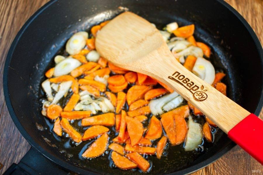 Лук и морковь нарежьте тонкими ломтиками, обжарьте на жиру до румяной корочки.